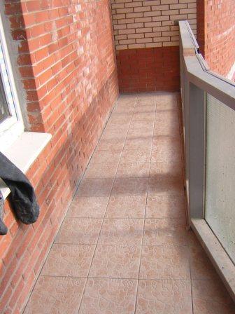 Плитка на балкон на пол.